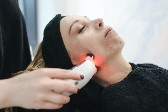 How light therapy is used to reduce muscle pain